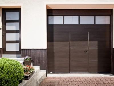 design garážových vrat hladký (imitace dřeva bahenní dub) s integrovaným vstupem